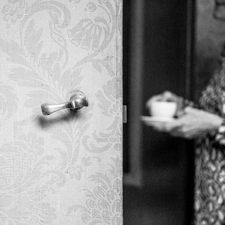 Voordat de afscheidsdienst begint drinkt een vrouw een kopje koffie.