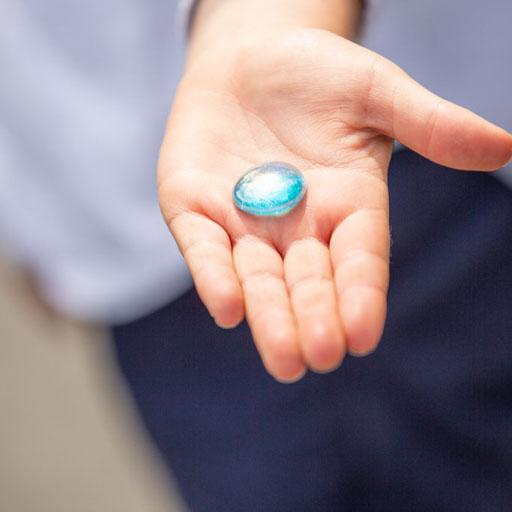 Herinneringsreportage legt vast hoe een kind een steen vast houdt in zijn hand ter nagedachtenis van zijn opa.