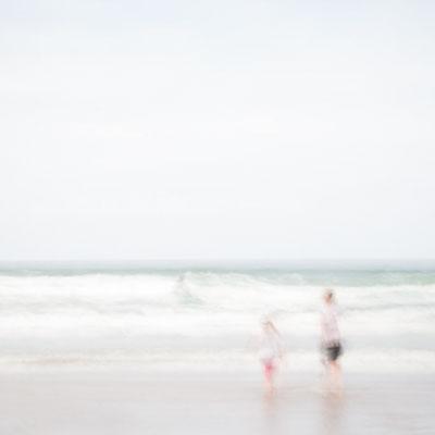 Herinneringsreportage legt de waardevolle herinneringen vast van een moeder en dochter die de tijd doorbrengen op het strand.