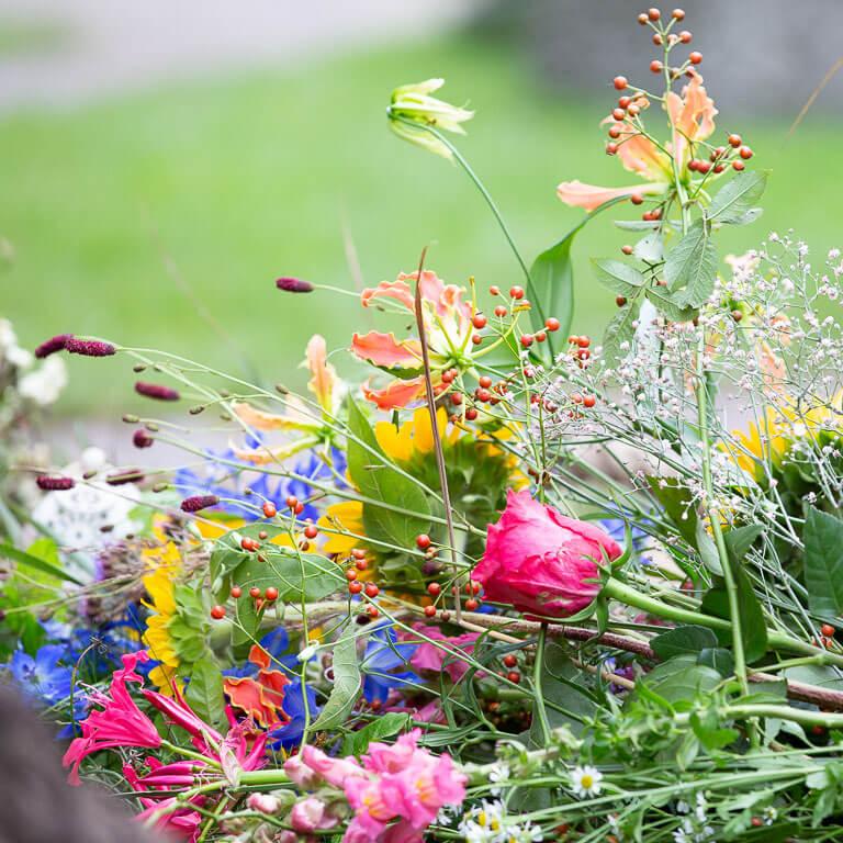 Prachtig en kleurrijke rouwbloemen op het graf.