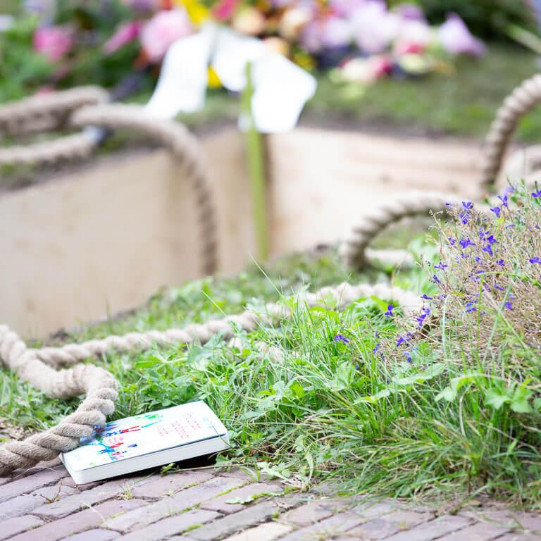 Afscheidsfotografie met een lichte en sfeervolle aanpak legt het graf vast waar een kindje net begraven is.