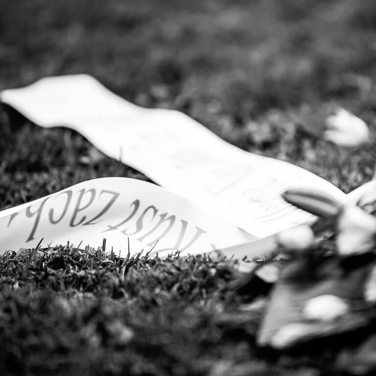 Rouwboeket met rouwlint bedrukt met 'rust zacht'.